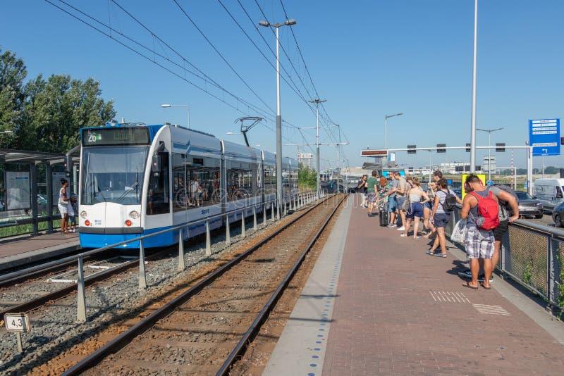 Passagers attendant à la station Zeeburg le transport au centre ville d'Amsterdam image libre de droits