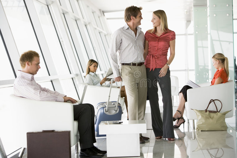 Passagers attendant dans le salon de déviation d'aéroport images libres de droits