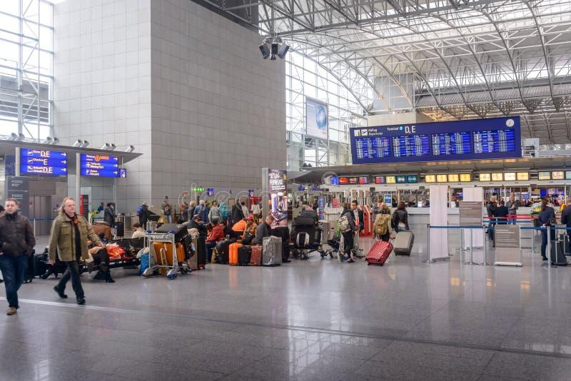 Passagers attendant dans un hall de départs photos libres de droits