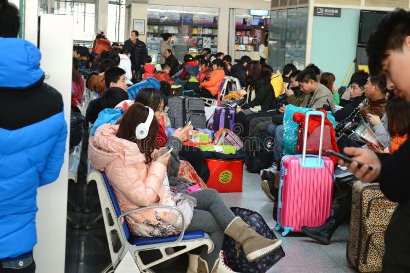 passagers attendant le train photographie stock libre de droits