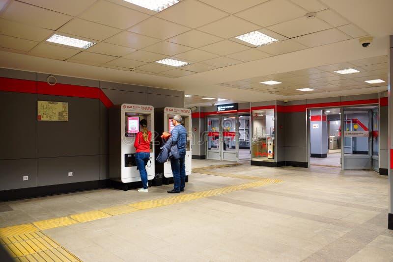 Passagers aux machines de billet ? la station de m?tro ? Moscou images stock