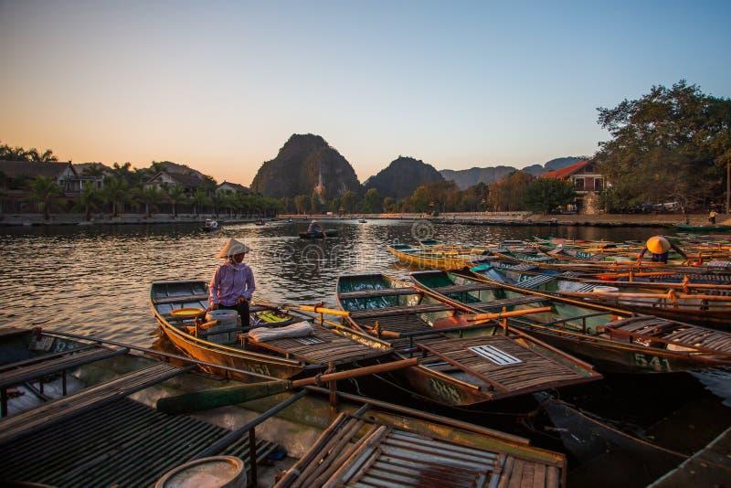 Passagers de attente de bateau à rames au lever de soleil, Hoa Lu Tam Coc, Hoi An Ancient Town, Vietnam photos libres de droits