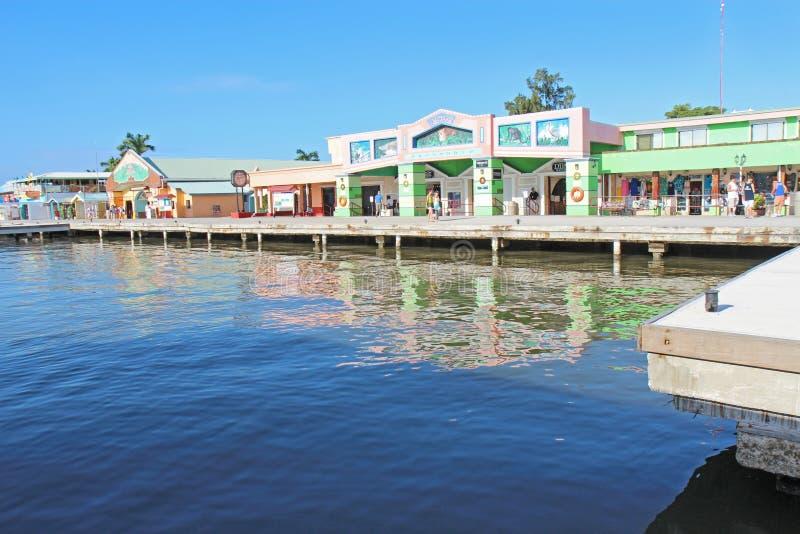 Passagers de bateau de croisière faisant des emplettes dans la ville de Belize photo libre de droits