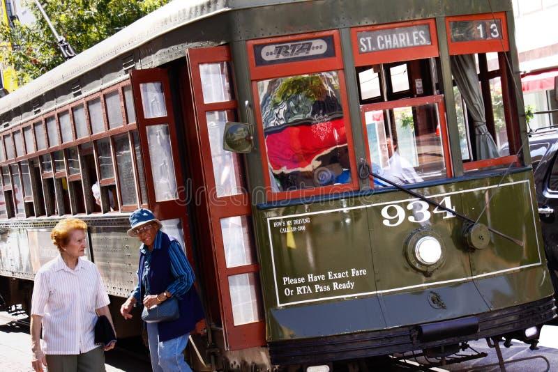 Passagers de véhicule de rue de rue Charles de la Nouvelle-Orléans photo libre de droits