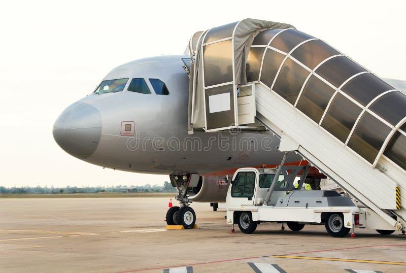 Passagers embarquant l'avion à réaction sur le macadam au Cambodge image libre de droits