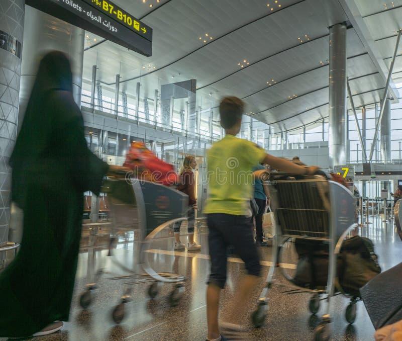 Passagers en attente avec bagages prêts à embarquer images stock