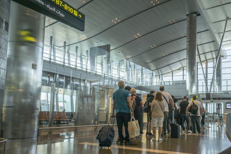 Passagers en attente avec bagages prêts à embarquer photos libres de droits