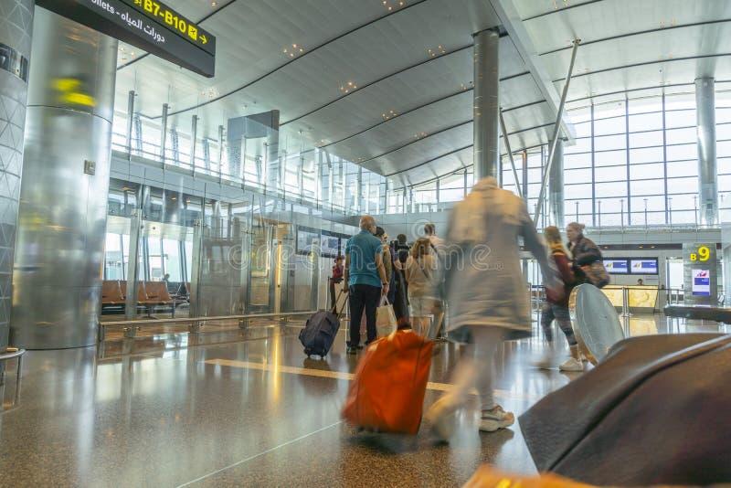 Passagers en attente avec bagages prêts à embarquer photographie stock