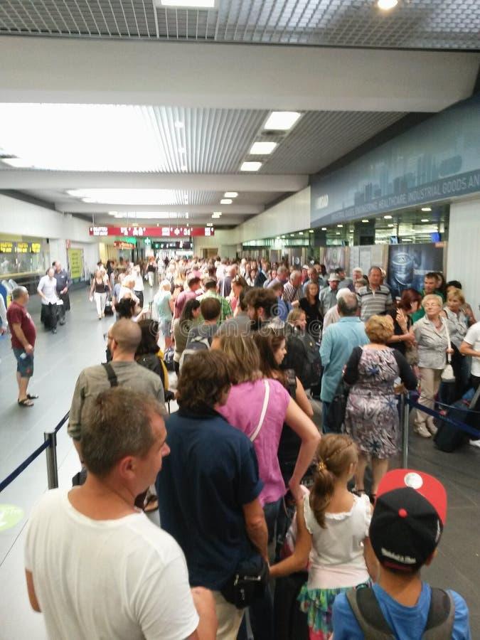 Passagers faisant la queue à l'aéroport photos libres de droits