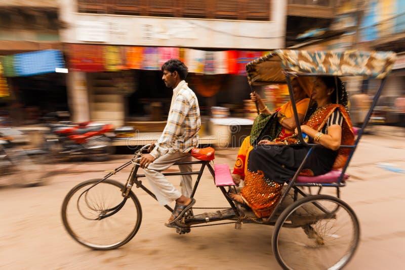 Passagers Inde de pousse-pousse de cycle de carter de tache floue de mouvement images stock