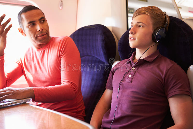 Passagers inquiétants de train de jeune homme avec la musique bruyante photo stock