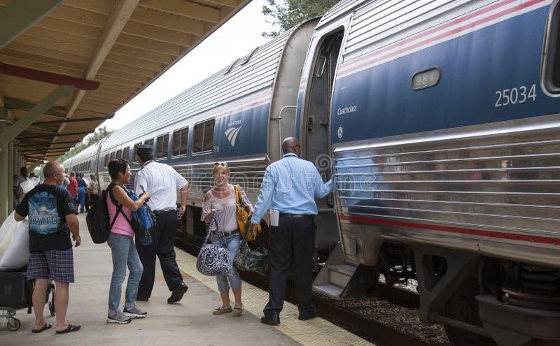Passagers montant à bord du train Etats-Unis d'Amtrak photos stock