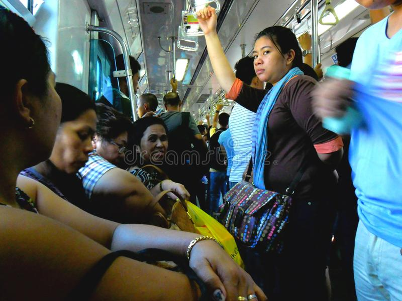 Passagers ou banlieusards à l'intérieur d'un train à Manille, Philippines en Asie photo stock