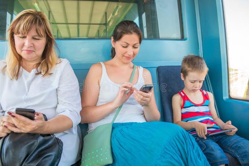 Passagers s'asseyant dans la métro de train photo stock