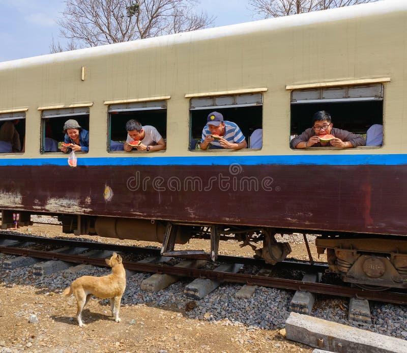 Passagers sur le train photos stock