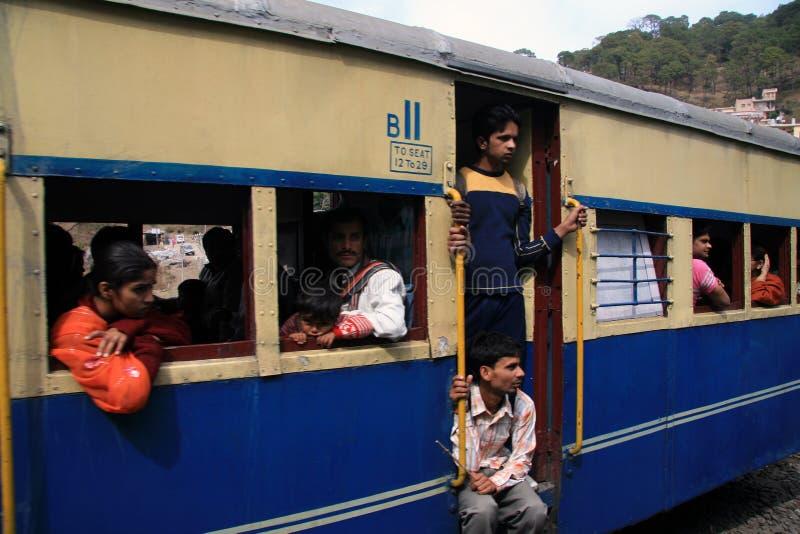 Passagers sur Toy Train vers Shimla image stock