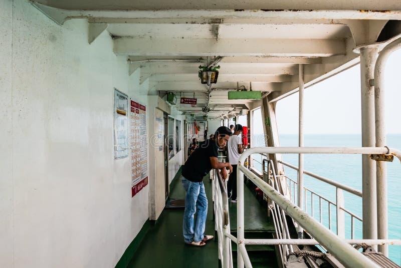 Download Passagers sur un car-ferry photo éditorial. Image du océan - 76087596