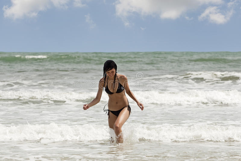 Passages de femme sur la plage photo stock