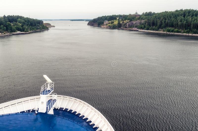 Passages de nez du revêtement du bateau de croisière par des fjords vers l'océan photographie stock libre de droits