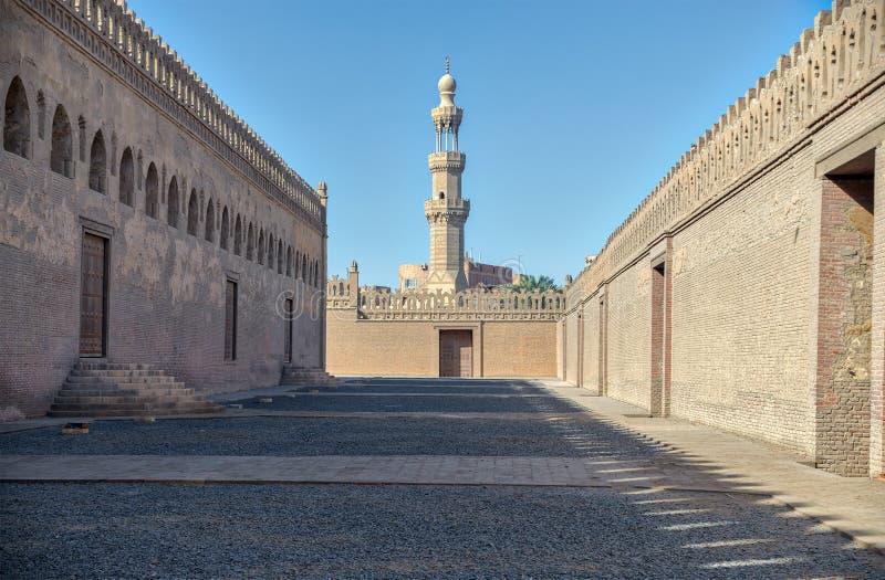Passages die Ibn Tulun-moskee met minaret van Amir Sargh-moskee, Kaïro, Egypte omringen royalty-vrije stock foto's
