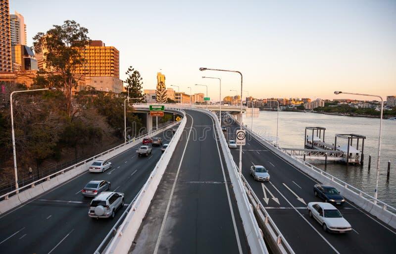 Passages supérieurs avec le paysage urbain de la ville de Brisbane photos stock