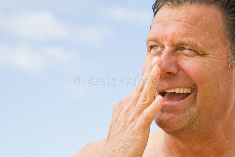 Passaggi del seno di schiarimento dopo il nuoto fotografia stock