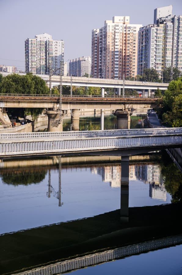 Passaggi di costruzione con il fiume immagini stock libere da diritti