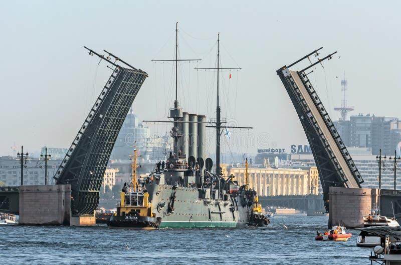 Passaggio dell'aurora dell'incrociatore sotto il ponte del palazzo La Russia St Petersburg, settembre 2014 fotografia stock libera da diritti