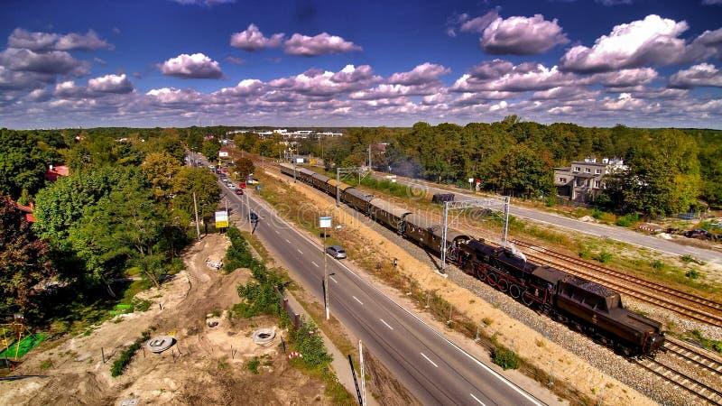 Passaggio della locomotiva a vapore storica in Wawer in Polonia fotografia stock