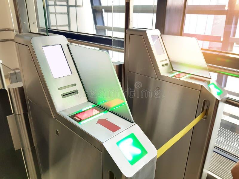 Passaggio di imbarco che controlla sistema a macchina al terminale dell'ingresso di partenza dell'aeroporto per vedere se c'è il  fotografie stock