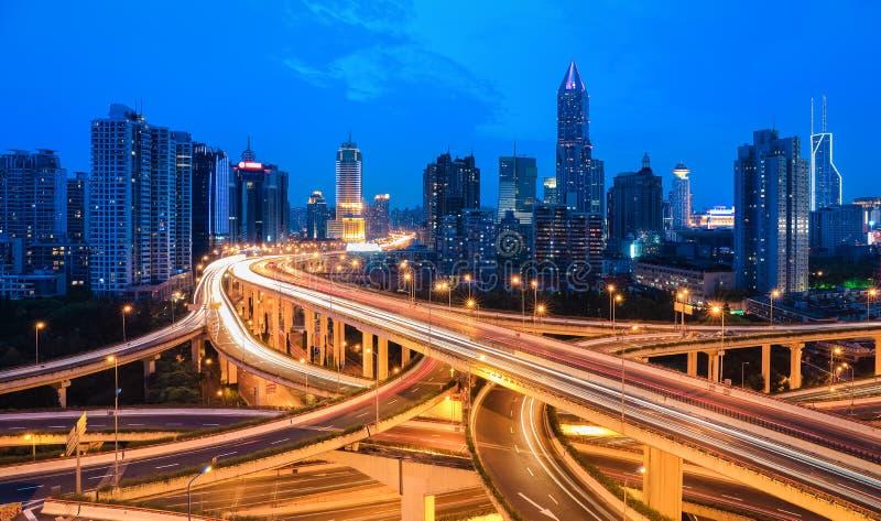Passaggio di scambio della città nel crepuscolo fotografie stock libere da diritti
