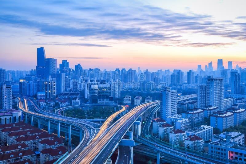 Passaggio moderno della città all'alba fotografia stock libera da diritti