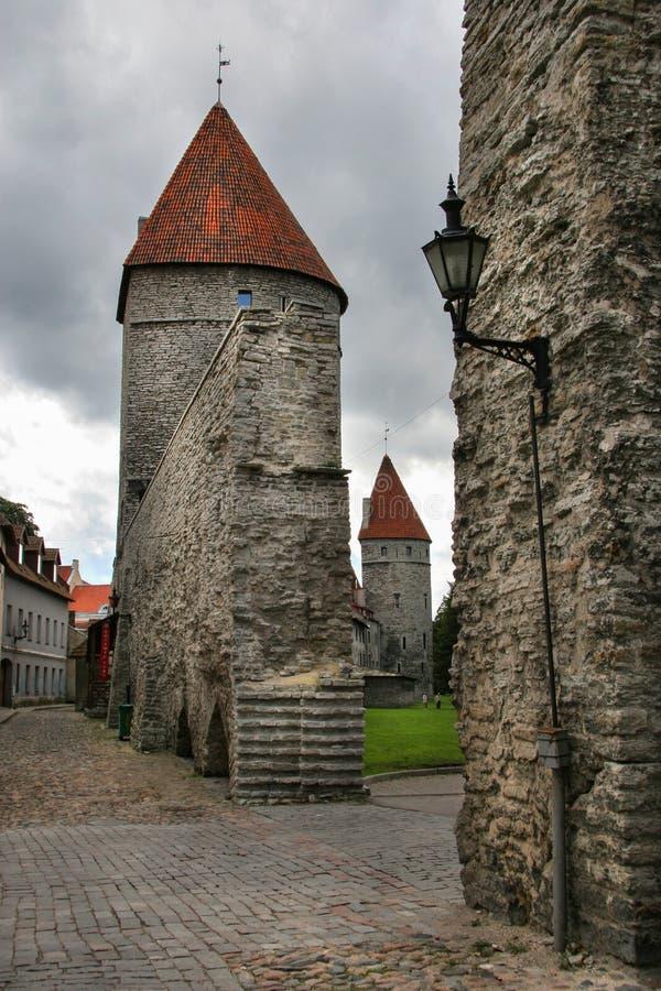 Passaggio nella parete della difesa della città di Tallinn Sui tetti delle mattonelle rosse delle torri fotografia stock libera da diritti