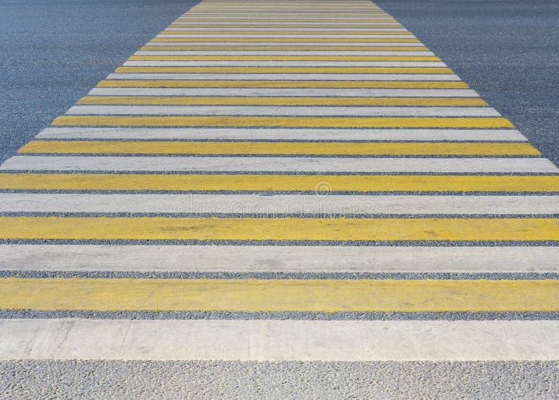 Passaggio pedonale bianco e giallo nella città pedone Marcatura sulla strada immagine stock