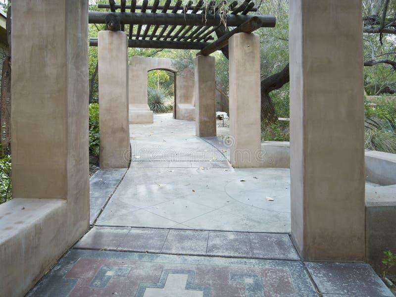 Passaggio pedonale d'invito attraverso un giardino del deserto fotografia stock
