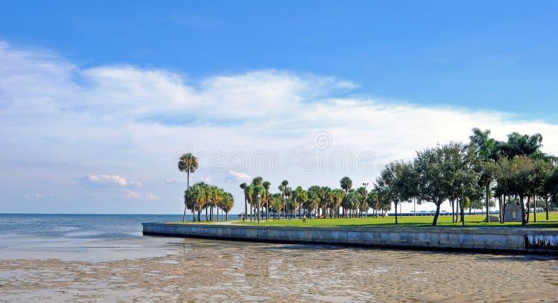 Passaggio pedonale della spiaggia con un oceano di bassa marea fotografia stock libera da diritti