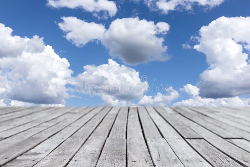 Passaggio pedonale di legno delle plance e fondo nuvoloso del cielo blu immagine stock