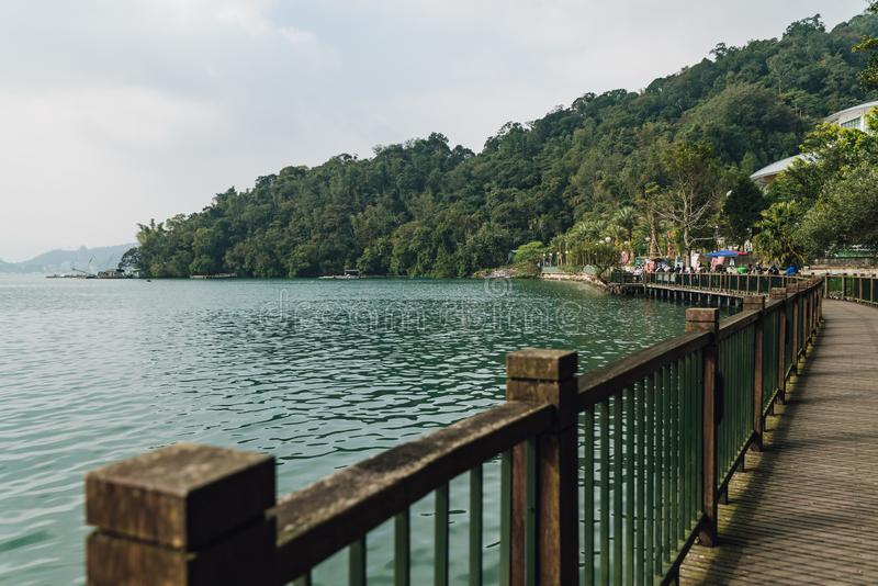 Passaggio pedonale di legno lungo il lato con il lago che conduce per esporre al sole la stazione del Ropeway del lago moon nel d fotografia stock