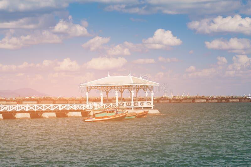 Passaggio pedonale di legno sopra il crogiolo di carro armato del litorale fotografie stock libere da diritti