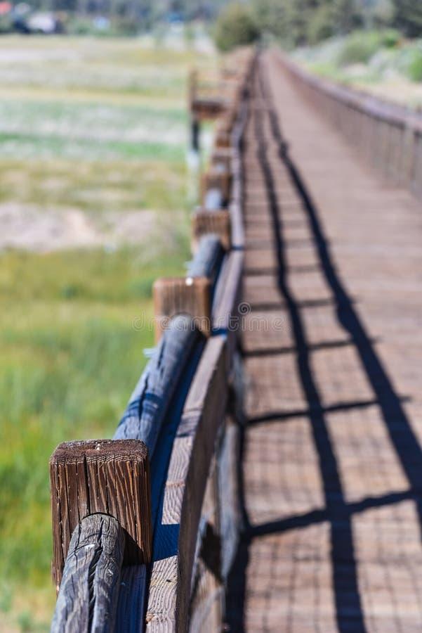 Passaggio pedonale di legno sopra il letto di lago secco immagine stock