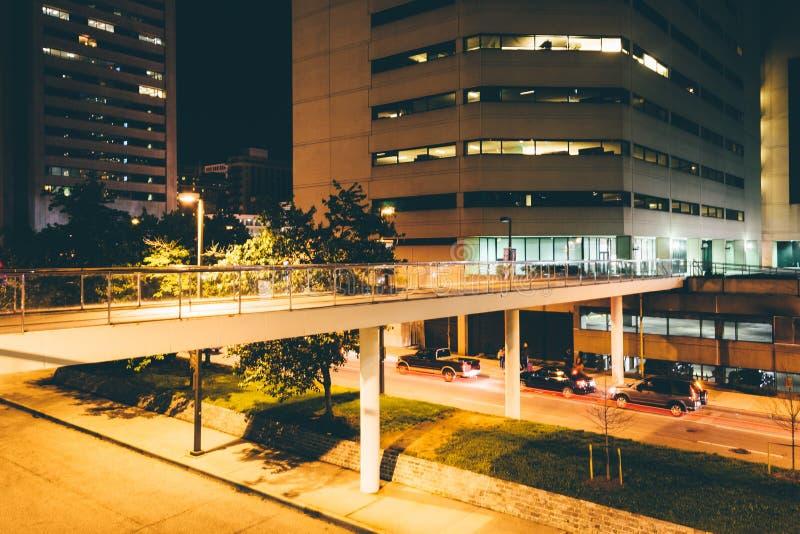 Passaggio pedonale elevato sopra Charles Street alla notte a Baltimora, Maria fotografie stock