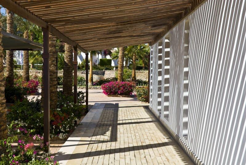 Passaggio pedonale esterno all'hotel immagini stock libere da diritti