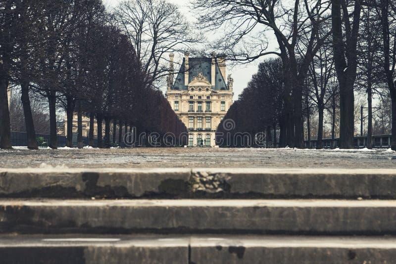 Passaggio pedonale fuori del Louvre a Parigi fotografia stock libera da diritti