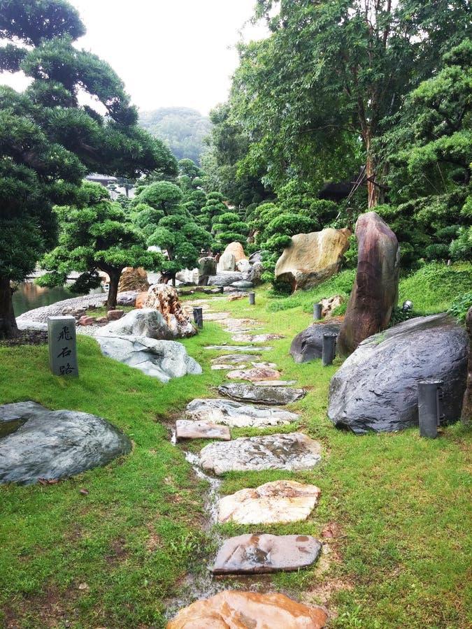 Passaggio pedonale in parco cinese, Hong Kong fotografie stock