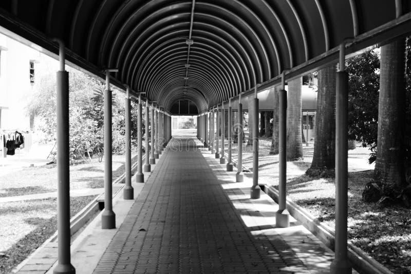 Passaggio pedonale riparato a Singapore fotografie stock