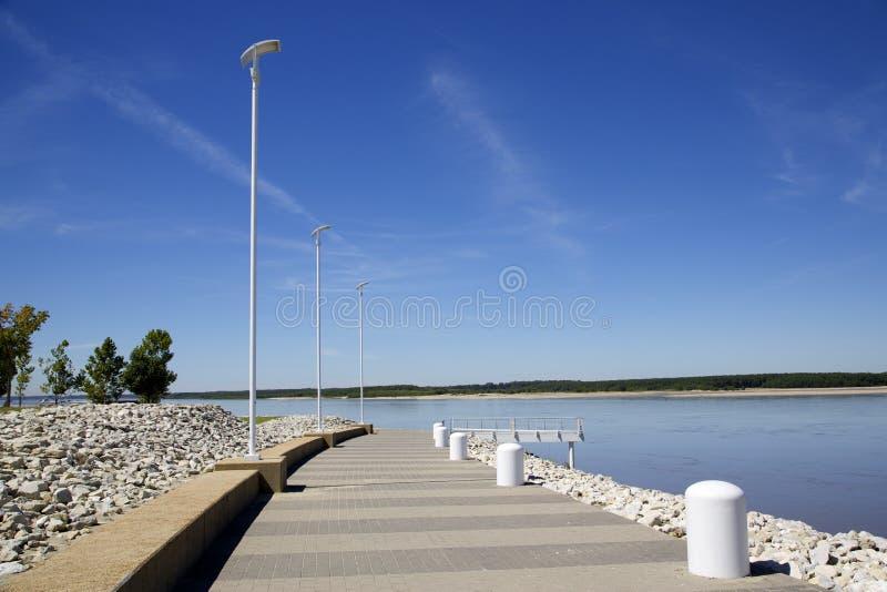 Passaggio pedonale scenico lungo le banche di un fiume immagine stock