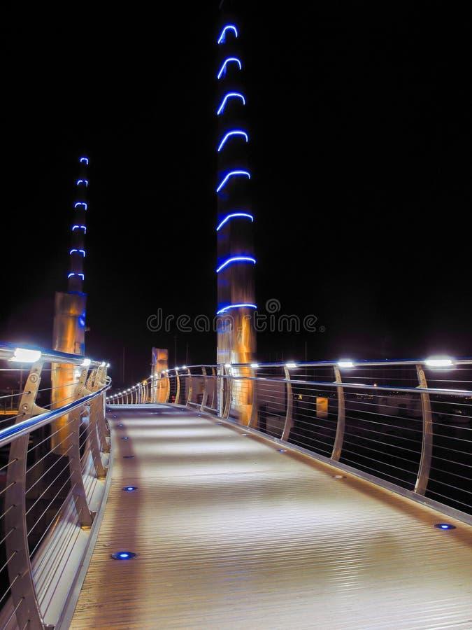 Passaggio pedonale sopra il ponte di Torquay Marina Harbour immagine stock