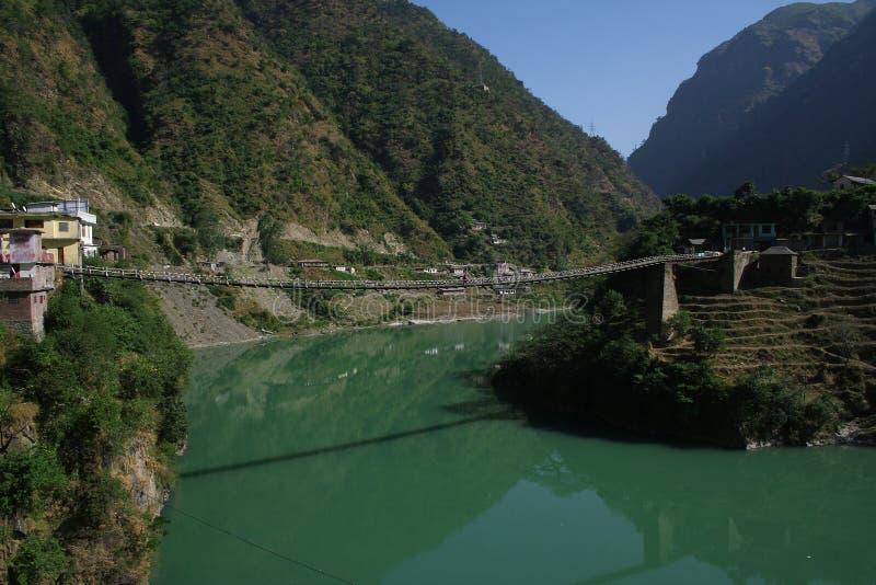 Passaggio pedonale sospeso sopra il fiume profondo Beas India fotografie stock