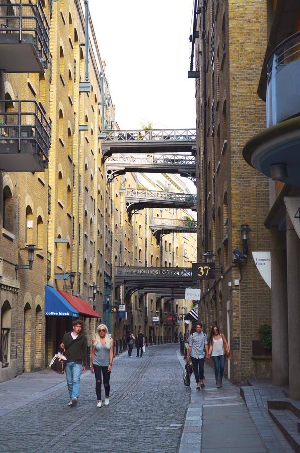 Passaggio pedonale storico attraverso Shad Thames con le costruzioni di mattone in Bermondsey immagini stock