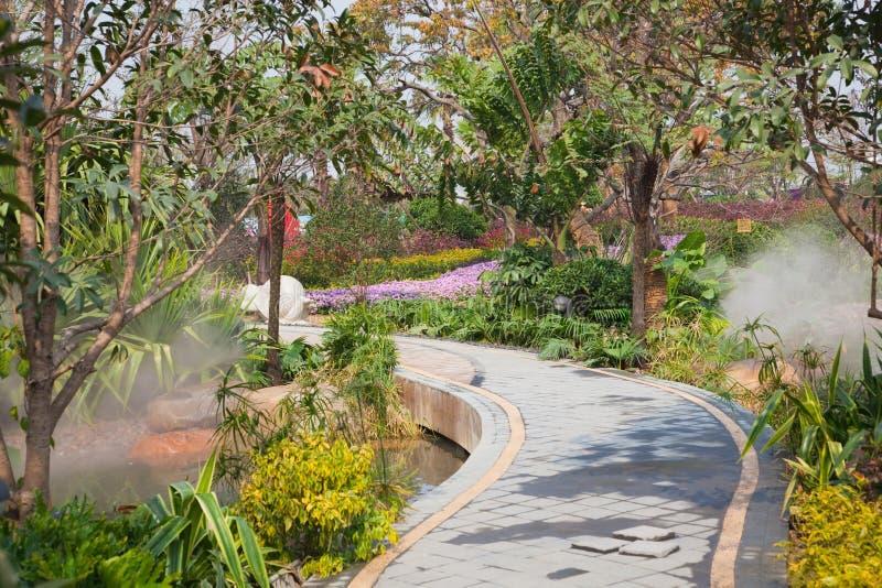 Passaggio pedonale tranquillo del giardino fotografia stock